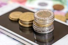 Dinero y teléfono euro Imagenes de archivo