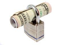 Dinero y un candado Imágenes de archivo libres de regalías