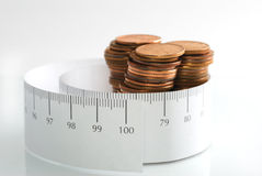 Dinero y una cinta de medición. Fotografía de archivo