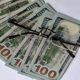 Dinero y vidrios foto de archivo libre de regalías