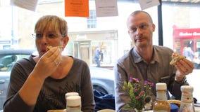 Diners bij lunch stock videobeelden