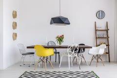 Dinez avec le style dans cette salle à manger de concepteur photo stock