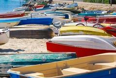 Dingies sur la plage image libre de droits