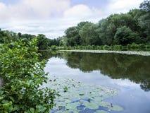 Dingle λίμνη στη γραφική πόλη Sandbach σε νότιο Τσέσαϊρ Αγγλία Στοκ εικόνα με δικαίωμα ελεύθερης χρήσης