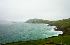 Dingle-Halbinselstrand und -klippen lizenzfreies stockbild