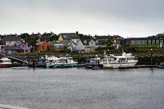 DINGLE IRLAND - AUGUSTI 21, 2017: Irländskt hamnstadlandskap i dinglen, ståndsmässiga Kerry, Irland Royaltyfri Foto