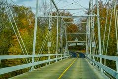 Dingmans横跨特拉华河的轮渡桥梁Poconos山的,连接宾夕法尼亚州和新泽西,美国 图库摄影