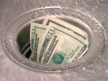 Dinheiro abaixo do dreno Imagens de Stock Royalty Free