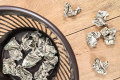 Dinheiro amarrotado no lixo Imagem de Stock