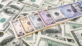 Dinheiro americano 5,10 da série do close up do fundo, 20, 50, nota de dólar 100 nova Cédula dos E.U. da pilha Imagens de Stock