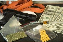 Dinheiro, arma e drogas Imagens de Stock
