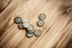 Dinheiro Belorussian novo no fundo de madeira 2 rublos de moedas Fotos de Stock