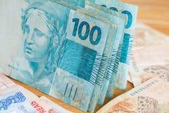 Dinheiro brasileiro, reais, altamente nominais/conceito do sucesso