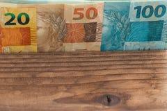 Dinheiro brasileiro todas as denominações no fundo de madeira com lugar para um texto Foto de Stock Royalty Free