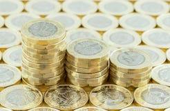 Dinheiro britânico, moedas de libra novas em três pilhas Fotografia de Stock Royalty Free