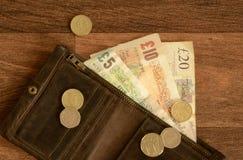 Dinheiro britânico na carteira do couro de Brown Fotografia de Stock