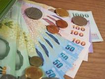Dinheiro, cédulas e moedas do baht tailandês Foto de Stock