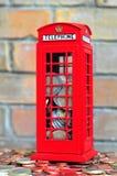 Dinheiro-caixa vermelha com moedas Foto de Stock