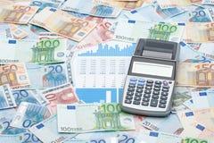 Dinheiro, calculadora e gráficos fotografia de stock