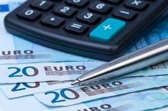Dinheiro, calculadora e um close-up da pena. Fotos de Stock Royalty Free