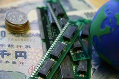 Dinheiro, chip de silicone e um globo Imagens de Stock