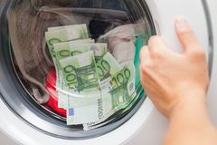 Dinheiro colado na máquina de lavar foto de stock