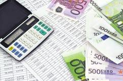 Dinheiro com calculadora e dígitos financeiros imagem de stock