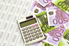 Dinheiro com calculadora e dígitos financeiros fotografia de stock royalty free