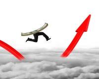 Dinheiro com os pés humanos que correm na seta vermelha acima do gráfico Imagens de Stock