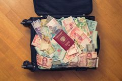Dinheiro completo da mala de viagem de 3Sudeste Asiático com passaporte do russo e nota de dólar do americano cem Fotos de Stock