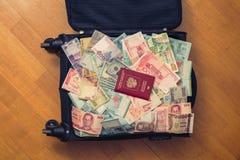 Dinheiro completo da mala de viagem de 3Sudeste Asiático com passaporte do russo e nota de dólar do americano cem Fotografia de Stock Royalty Free