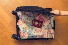 Dinheiro completo da mala de viagem de 3Sudeste Asiático com passaporte do russo e nota de dólar do americano cem Imagem de Stock Royalty Free