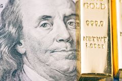 Dinheiro da cédula do dólar americano de América com o lingote brilhante de ouro como a aleta Fotos de Stock Royalty Free