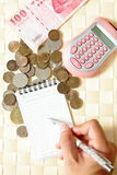 Dinheiro da contagem com calculadora Imagens de Stock Royalty Free