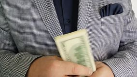 Dinheiro da contagem das mãos do ` s do homem video estoque