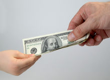 Dinheiro da criança e do adulto Fotografia de Stock Royalty Free