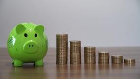 Dinheiro da economia com um mealheiro video estoque