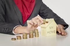Dinheiro da economia para a casa assento novo colhido do profissional e posto Fotos de Stock
