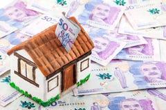 Dinheiro da economia para comprar uma casa Imagens de Stock Royalty Free