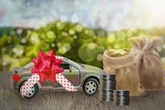 Dinheiro da economia para o carro ou o carro do comércio para o dinheiro, conceito da finança Fotos de Stock Royalty Free