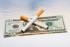 Dinheiro da economia parando o fumo Fotografia de Stock Royalty Free