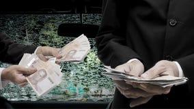 Dinheiro da oferta do homem de negócios para o reparo Foto de Stock Royalty Free