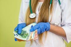 Dinheiro da posse do doutor euro- isolado Foto de Stock