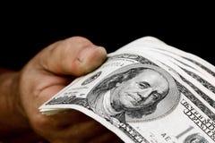 Dinheiro da terra arrendada da mão Imagens de Stock