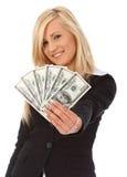 Dinheiro da terra arrendada da mulher nova Imagem de Stock