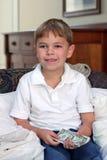 Dinheiro da terra arrendada do menino Imagem de Stock Royalty Free