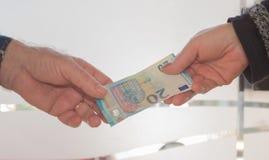 Dinheiro da troca das mãos Imagem de Stock
