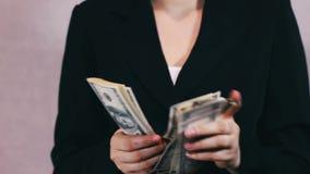 Dinheiro das contagens das mulheres de negócio nas mãos vídeos de arquivo