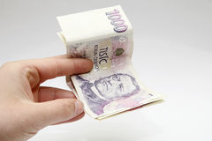 Dinheiro das notas de banco de Checo mil em uma mão Fotografia de Stock Royalty Free