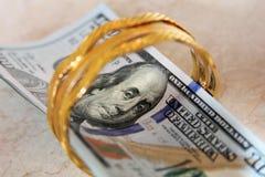 Dinheiro das notas de dólar com ouro Imagem de Stock Royalty Free